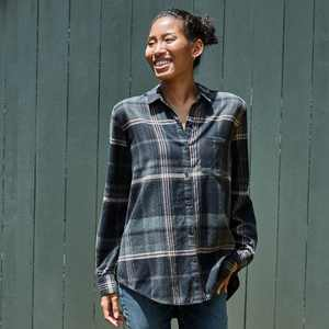 Women's Plaid Long Sleeve Button-Down Shirt - Universal Thread